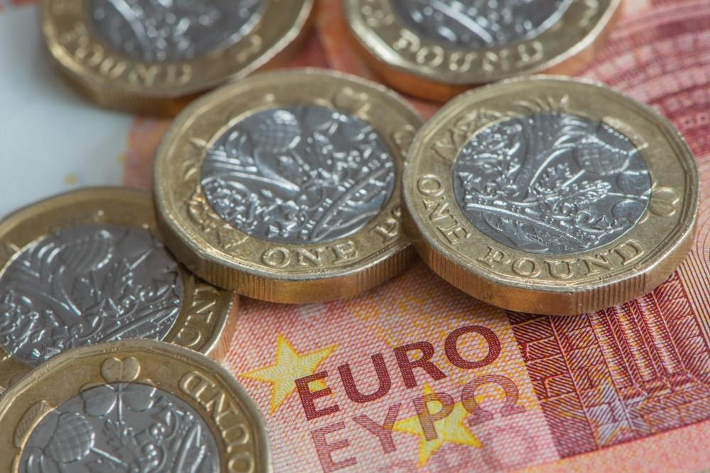 Wibest – GBPUSD: British pound coins and a euro bill.