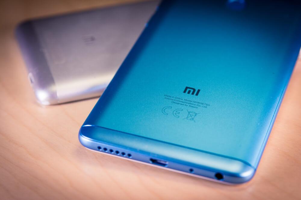 Xiaomi: Redmi note 5 smartphone on a table.