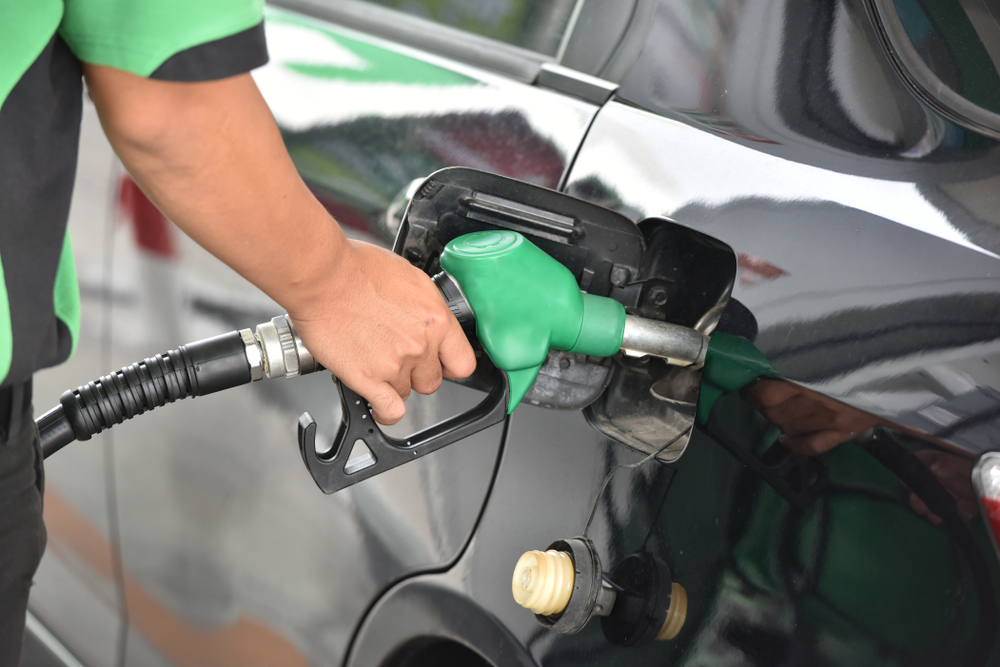 Wibest – EIA: A gasoline station worker filling up a car's gas tank.