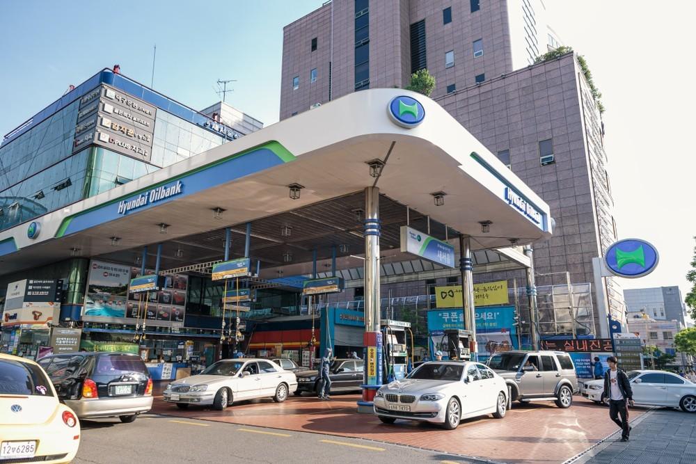 Wibest – Hyundai: Cars refueling at a Hyundai Oilbank gas station.