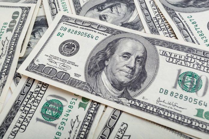 U.S. dollar weakens while traders await Powell's speech